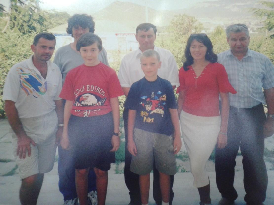 Сергей-Карякин-второй-слева-в-день-окончания-исторического-турнира-в-Судаке-август-2002.jpg
