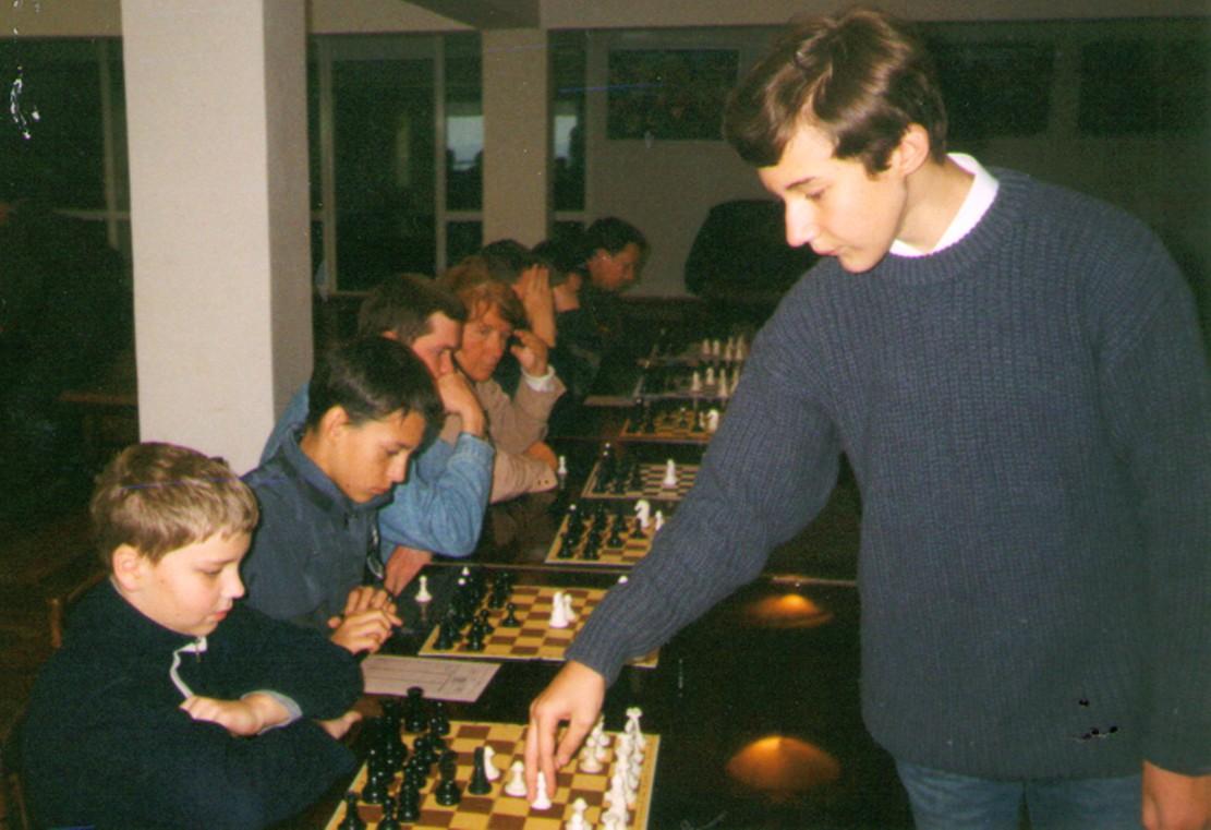 Сергей Карякин дает сеанс одновременной игры в г.Судаке 2003 г.