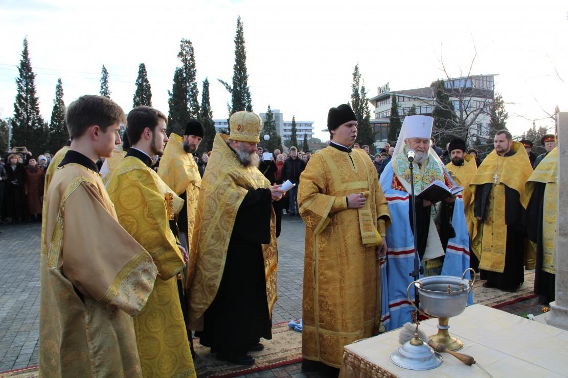 Молебен возле памятника